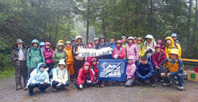 記念写真に納まる登山会の参加者(提供写真)