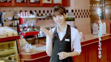 齋藤飛鳥さんが出演する「カフェ・ベローチェ」のオリジナル限定動画「挨拶」編の場面写真