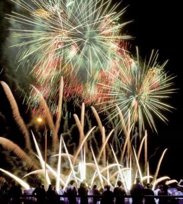 2018年の越前市サマーフェスティバルの花火=福井県越前市の日野川河川緑地