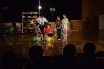 熱演する横浜小の児童ら