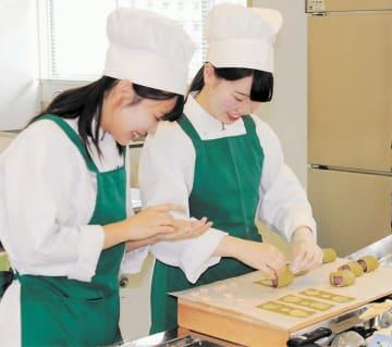 全国大会に向けて調理に励む遠山さん(左)と佐々木さん