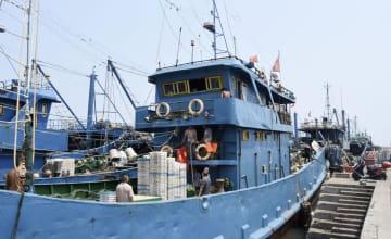 出港準備をする漁師ら=15日、中国福建省石獅市(共同)