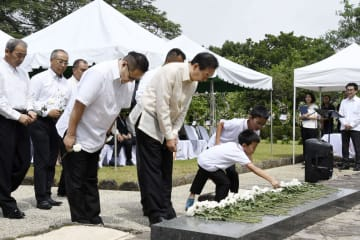 「比島戦没者の碑」前で拝礼する参列者=15日、フィリピン・ラグナ州(共同)