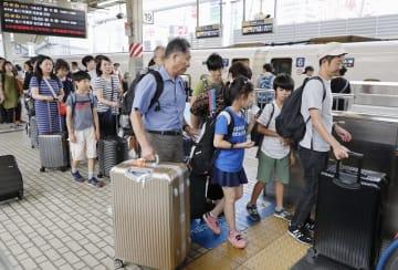 お盆休みのUターンラッシュで混雑するJR東京駅の東海道新幹線ホーム=15日午後