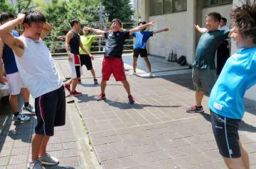 雫石町での合宿に向けてキャンパスでの練習に励む明治大応援団