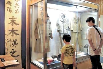 展示されている軍服などを見学する来館者ら
