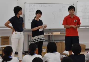 「ドイツフェスタ」会場でボランティア活動する中高生に、イベントへの思いを語る岩本武士隊長(右)