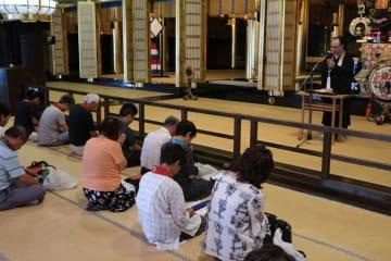 法要と法話を通して戦没者に思いを寄せる参拝者(京都市下京区・西本願寺)