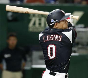 2回ロッテ2死満塁、荻野が右中間に先制の3点二塁打を放つ=東京ドーム