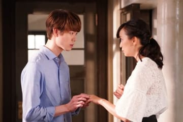 女優の杏さんの主演ドラマ「偽装不倫」で伴野丈役を演じる宮沢氷魚さん(左)(C)日本テレビ