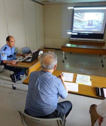 記録された自分の運転を確認してアドバイスを受ける参加者ら=大和市役所