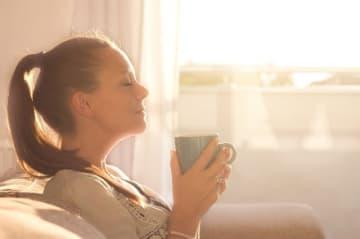 毎朝、目覚めの一杯のコーヒーが習慣になっている人は多いかもしれません。しかし、朝のコーヒーは身体に悪影響を及ぼすという研究結果があります。