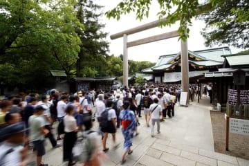靖国神社へ参拝に訪れた人たち=15日午後、東京・九段北