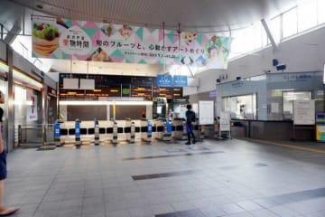列車が全面運休し、閑散としたJR岡山駅の在来線改札口=15日午前8時21分