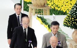 全国戦没者追悼式に兵庫県から遺族代表献花者として参列した森本堅介さん(左端)=東京・日本武道館