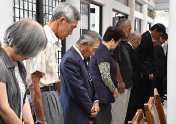 終戦記念奉告祭で不戦を誓った遺族ら=15日午前、宮崎市・県護国神社