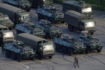 15日、中国広東省深センのスポーツ競技場に駐車する軍用車両(ロイター=共同)