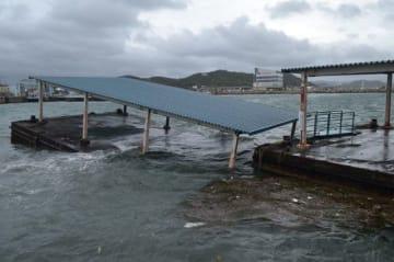 高波を受け、一部が水没した宇野港の浮桟橋