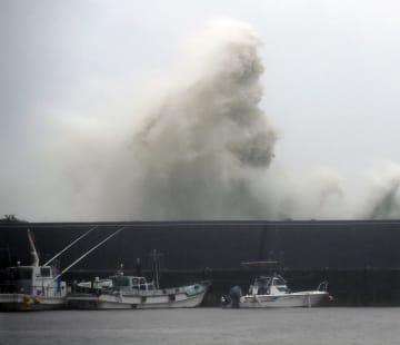 台風10号の影響で、高知県安芸市の漁港に打ち寄せる高波=15日午後4時6分