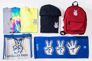 ピースマークを勝利のVマークに見立て、Tシャツ、タオル、バッグや扇子などを販売