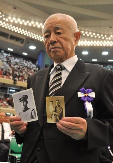 戦死した父の写真を手に持つ遺族代表の森本浩吉さん=東京・日本武道館