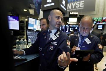 ニューヨーク証券取引所のトレーダーたち=15日(AP=共同)
