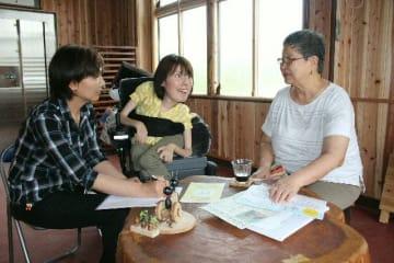 勉強会に向けて打ち合わせをする川野陽子さん(中央)と奥山裕子さん(右)=中津市下宮永の事務所