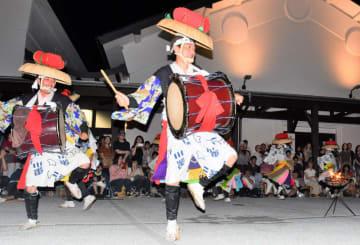 かがり火の中、迫力のある踊りを披露する黒川参差踊連中