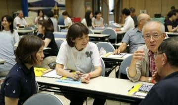 「どんな距離感で相手と話せばいいのかな」。多くのボランティアが世界の舞台に向けて研修を積む=7月26日、大分県庁