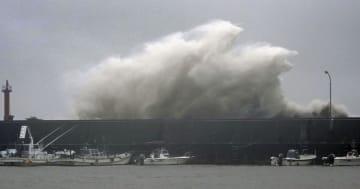 台風10号の影響で、高知県安芸市の漁港に打ち寄せる高波=15日午後3時42分