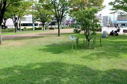 阪神・淡路大震災での犠牲者の名前が記される銘板が置かれる末広中央公園の一角=宝塚市末広町