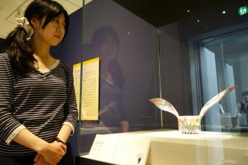 「かわいい」作品として展示された水元かよこさんの「うさみみPOP」。左は企画を担当した県陶芸美術館の芦刈歩学芸員=笠間市笠間