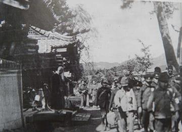 亀岡市内の寺に学童疎開した児童たち。近くの学校に登校した(亀岡市馬路町・長林寺)=京都市学校歴史博物館所蔵
