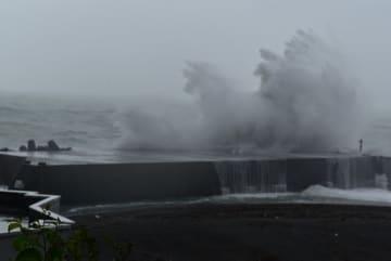 【台風10号による高波=熊野市で】