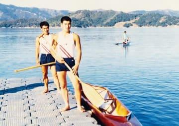 ロサンゼルス五輪カヌー競技会場でカヌーに乗り込む和泉博幸(手前)と福里修誠=1984年8月、米カシタス湖(提供写真)