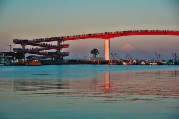 富士山と赤い橋のコントラストが映える木更津市の中の島大橋