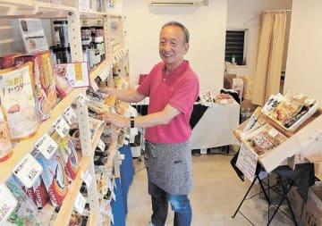 店の棚に並ぶ商品を整える三浦さん=東京都目黒区