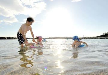 県内で観測史上2番目の暑さとなった鶴岡市鼠ケ関。痛いほどの陽光が注ぐ中、夕方になっても熱風が吹いた