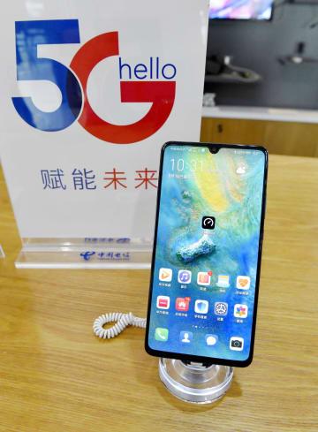 中国の華為技術(ファーウェイ)が発売したスマートフォン「Mate 20 X 5G」=16日、北京(共同)