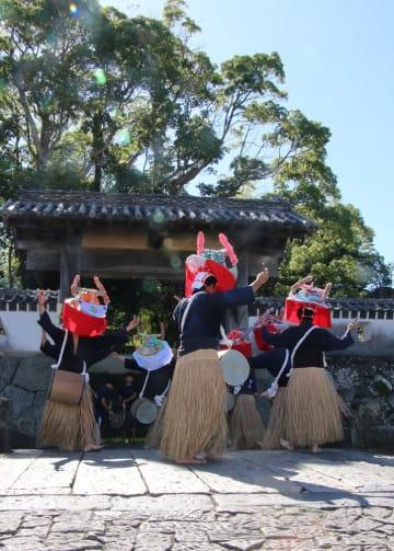 石田城(福江城)跡の城門前でチャンココを披露する上大津青年団=五島市池田町