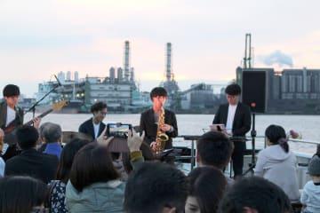 工場群をバックに船上ライブを楽しんだ昨年のジャズクルーズの様子(川崎市提供)