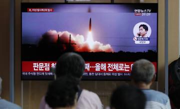ソウル市内で、北朝鮮による飛翔体発射のテレビニュースを見る人たち(AP=共同)