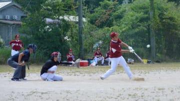 盆野球の決勝戦で躍動する選手たち(京丹後市丹後町・丹後中グラウンド)