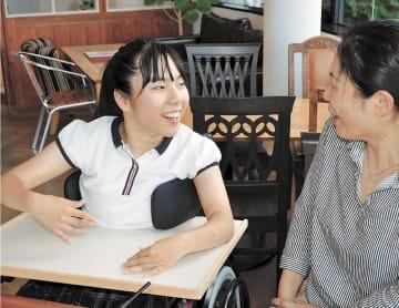 母京子さん(右)とハワイでの行程を話し合う波奈さん