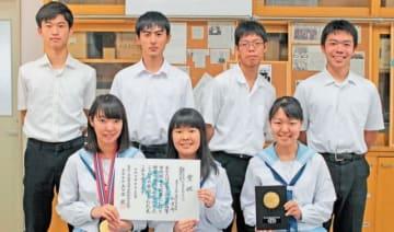 全国高校総合文化祭で研究発表化学の最優秀賞を受賞した化学部員=大分市の大分上野丘高