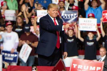 15日、米東部ニューハンプシャー州での選挙集会で演説するトランプ大統領(UPI=共同)
