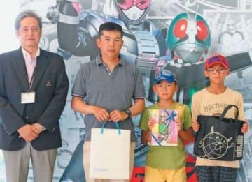 2万人目となった(右から)興梠寿弥君、斗士郎君、智則さん親子=16日午前、大分市美術館