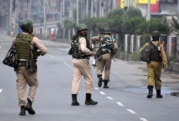 15日、インド北部ジャム・カシミール州スリナガルでパトロールするインドの兵士(ゲッティ=共同)
