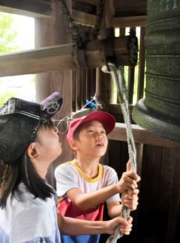 平和の鐘を鳴らす子どもたち