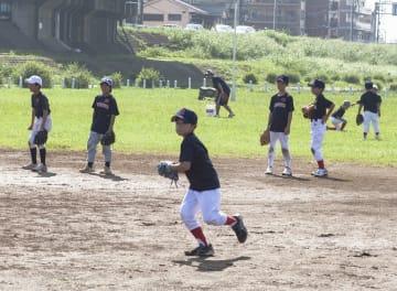 練習は週に最大4時間。野球の基本動作を教える=川崎市高津区